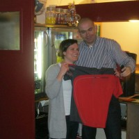 De vrijwilligster van het jaar, Martine Sassen, krijgt de eer om het eerste nieuwe clubshirt in ontvangst te nemen!